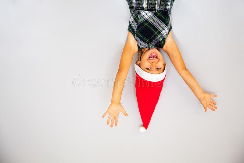 Μικρό κορίτσι στο καπέλο στοιχειών στοκ φωτογραφίες
