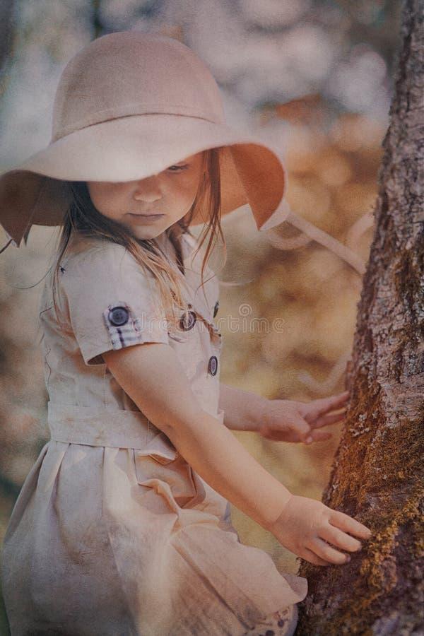 Μικρό κορίτσι στο καπέλο στοκ φωτογραφία