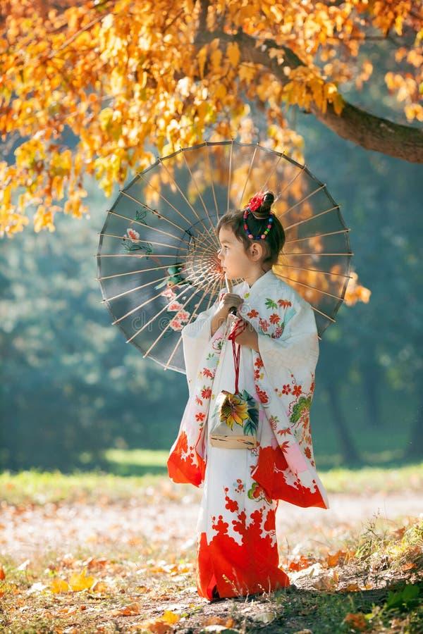 Μικρό κορίτσι στο κιμονό στοκ εικόνες με δικαίωμα ελεύθερης χρήσης