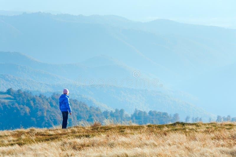 Μικρό κορίτσι στο οροπέδιο βουνών φθινοπώρου στοκ εικόνες με δικαίωμα ελεύθερης χρήσης