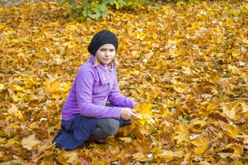 Μικρό κορίτσι στο πάρκο στοκ φωτογραφία με δικαίωμα ελεύθερης χρήσης