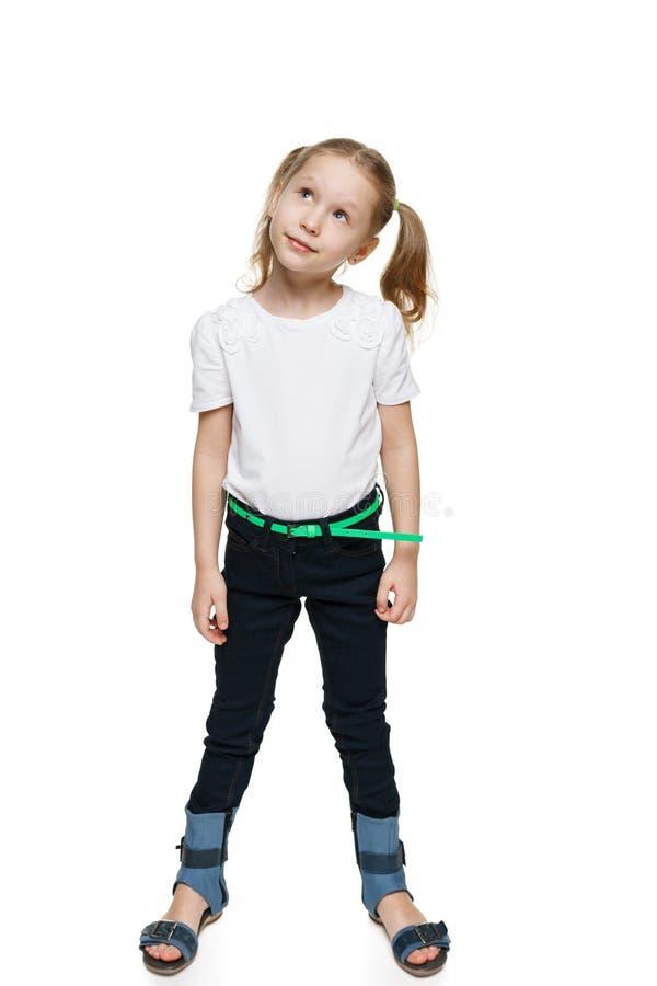 Μικρό κορίτσι στο πλήρες μήκος που ανατρέχει στοκ εικόνα με δικαίωμα ελεύθερης χρήσης