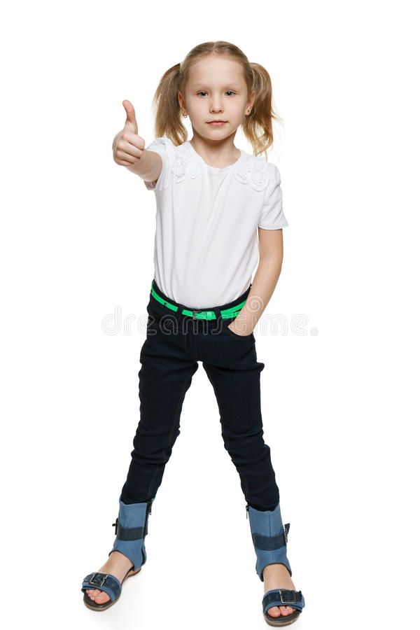 Μικρό κορίτσι στο πλήρες μήκος που αποτελεί τον αντίχειρα στοκ φωτογραφίες με δικαίωμα ελεύθερης χρήσης