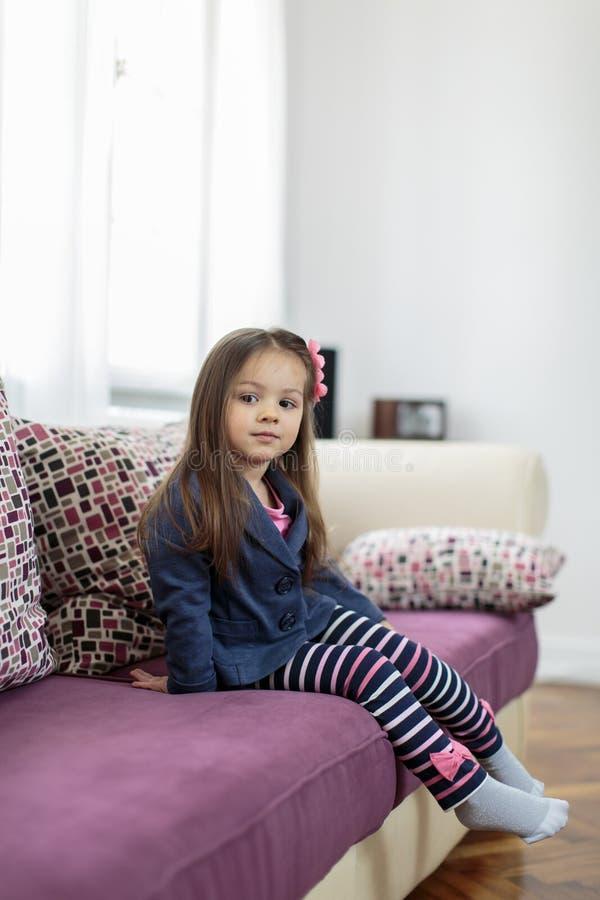 Μικρό κορίτσι στο δωμάτιο στοκ εικόνα με δικαίωμα ελεύθερης χρήσης