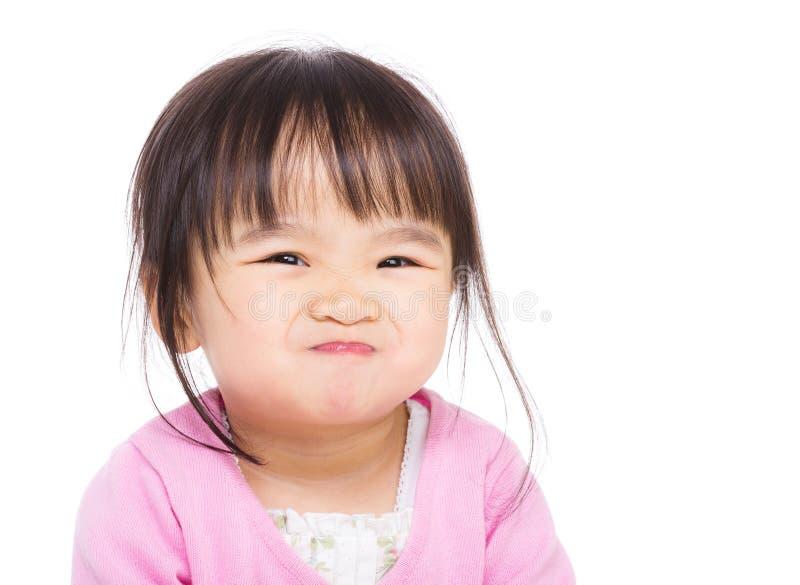 Μικρό κορίτσι της Ασίας που κάνει το αστείο πρόσωπο στοκ εικόνες