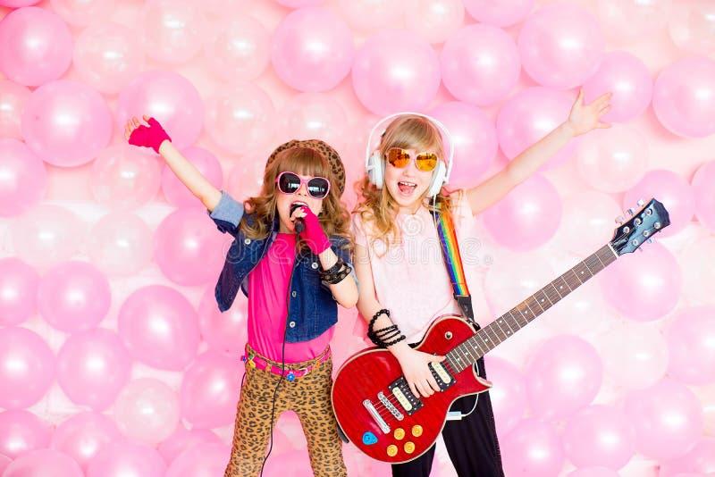 Μικρό κορίτσι δύο με ένα μικρόφωνο στοκ εικόνες με δικαίωμα ελεύθερης χρήσης