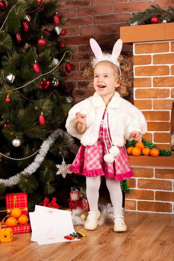 Μικρό κορίτσι Preaty στο χρόνο Χριστουγέννων στοκ εικόνα