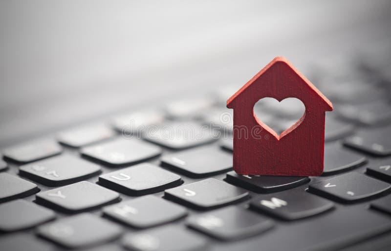 Μικρό κόκκινο σπίτι με την καρδιά πέρα από το πληκτρολόγιο στοκ εικόνες