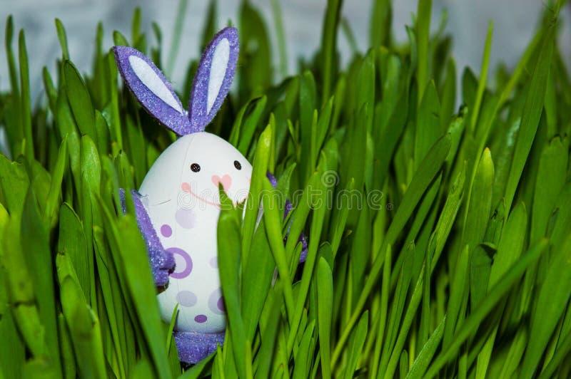 Μικρό λαγουδάκι-αυγό στη χλόη στοκ εικόνες