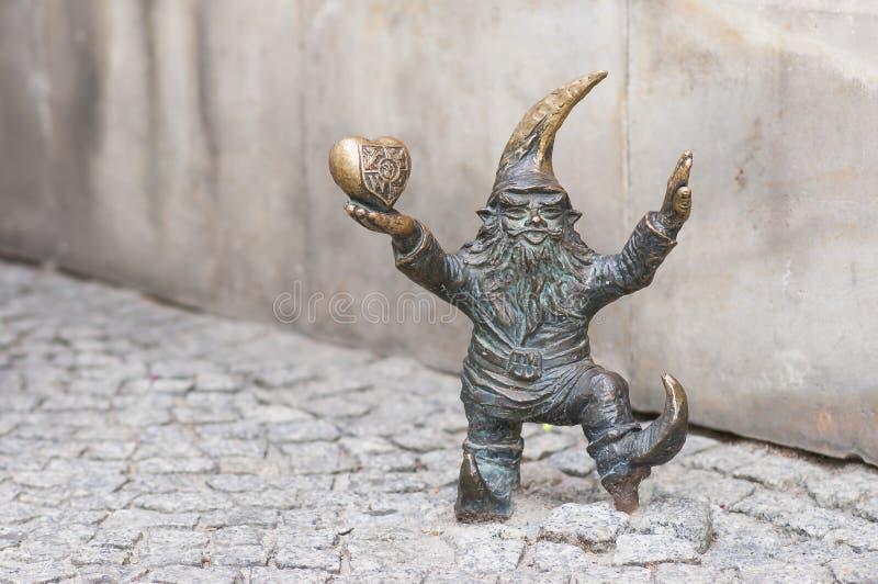 """Μικρό νάνο άγαλμα στοιχειών """"Wroclovek """"στο τετράγωνο αγοράς σε Wroclaw, Πολωνία στοκ εικόνα με δικαίωμα ελεύθερης χρήσης"""