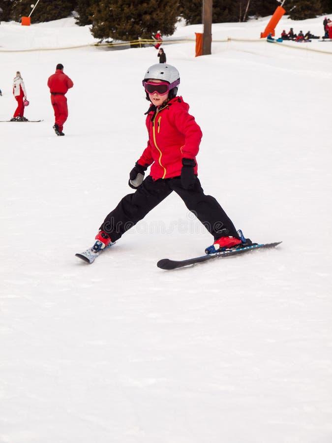 Μικρό να κάνει σκι κοριτσιών στοκ εικόνα