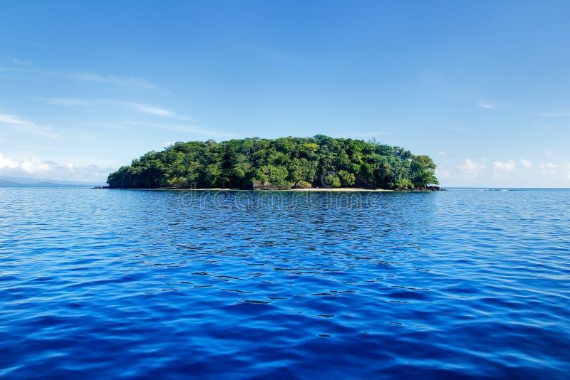 Μικρό νησί από την ακτή Taveuni, Φίτζι στοκ φωτογραφία με δικαίωμα ελεύθερης χρήσης