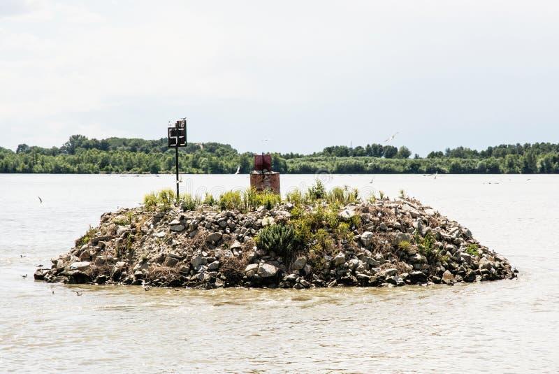 Μικρό νησί των πετρών με τους πετώντας και τοποθεμένος γλάρους στο Danu στοκ φωτογραφία με δικαίωμα ελεύθερης χρήσης