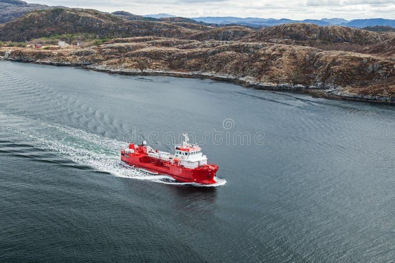 Μικρό νορβηγικό κόκκινο βυτιοφόρο προϊόντων πετρελαίου στοκ εικόνα με δικαίωμα ελεύθερης χρήσης