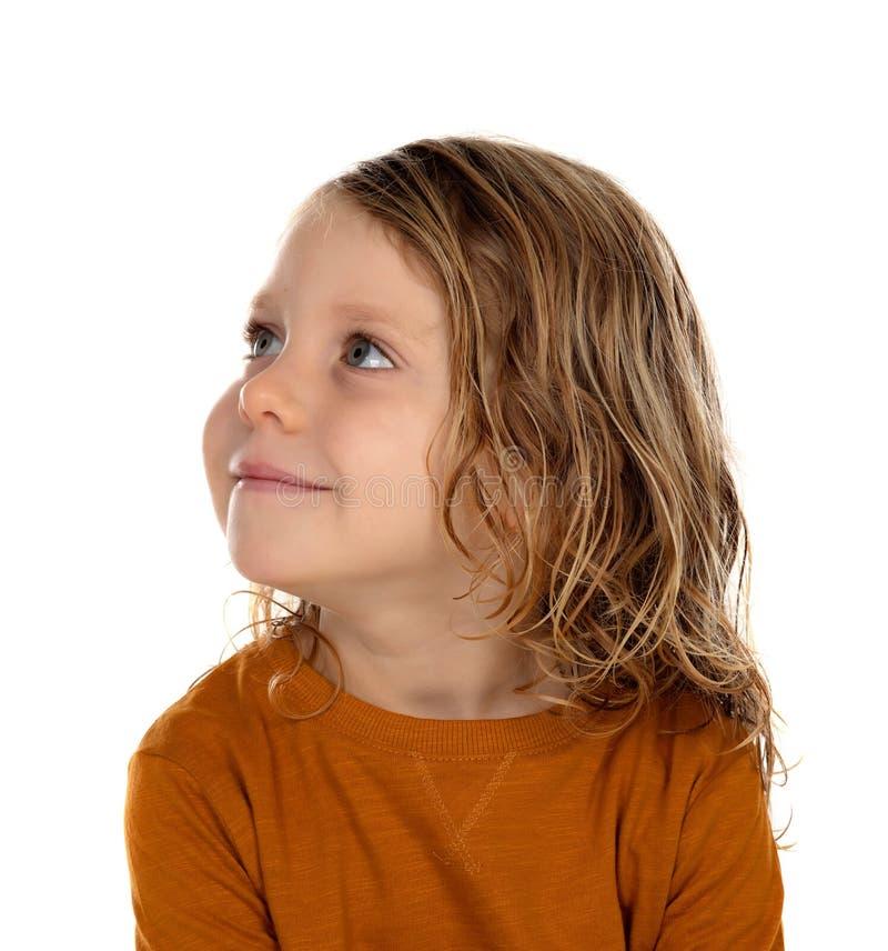 Μικρό ξανθό παιδί που φαντάζεται κάτι στοκ εικόνες