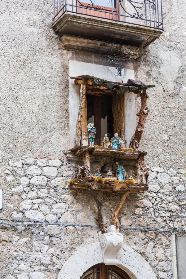 Μικρό ξύλινο παράθυρο με ένα παχνί nativity έτοιμο για την ισοτιμία Χριστουγέννων στοκ εικόνες με δικαίωμα ελεύθερης χρήσης