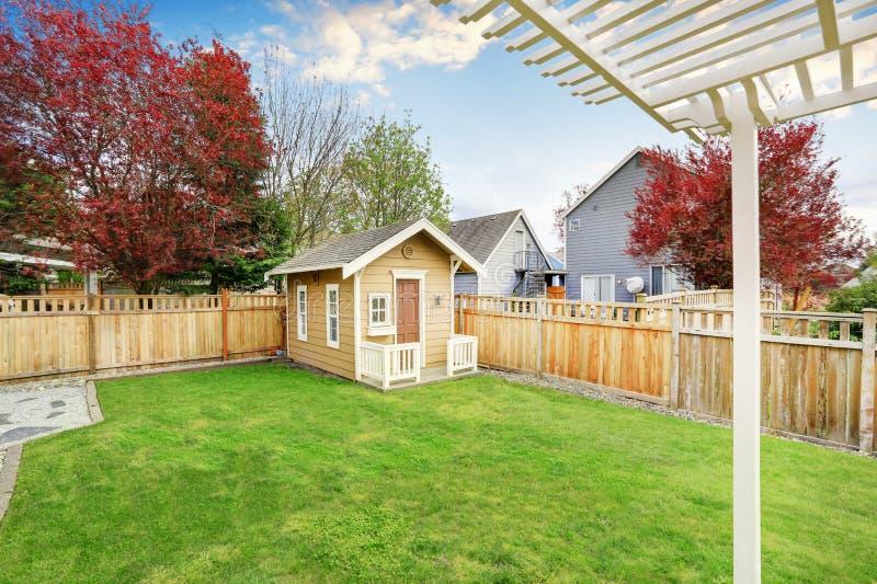 Μικρό ξύλινο υπόστεγο στην πίσω αυλή στοκ φωτογραφία με δικαίωμα ελεύθερης χρήσης
