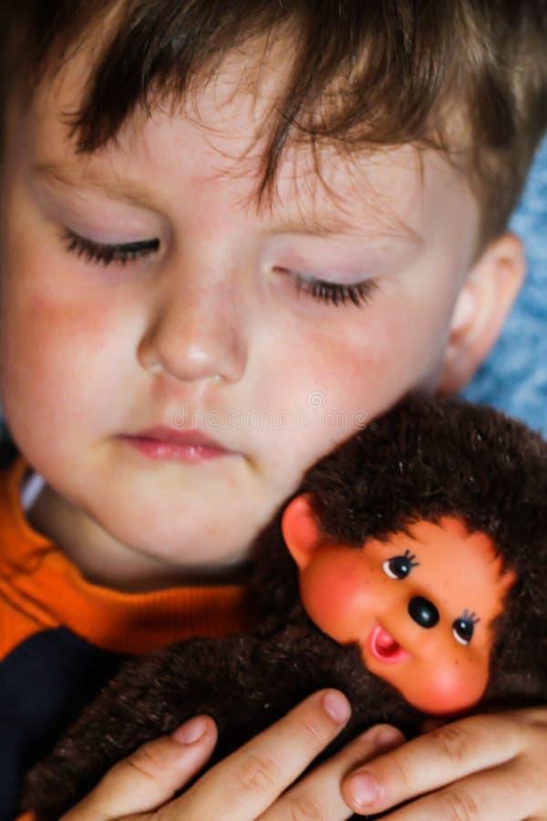 Μικρό παιδί αγοράκι & πίθηκος παιχνιδιών στοκ εικόνα