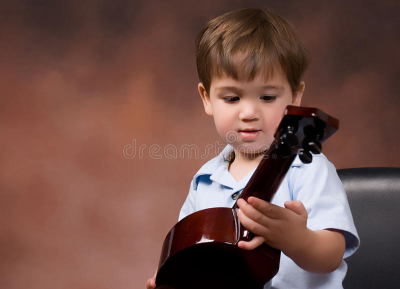 μικρό παιδί αγοριών ukelele στοκ φωτογραφία με δικαίωμα ελεύθερης χρήσης