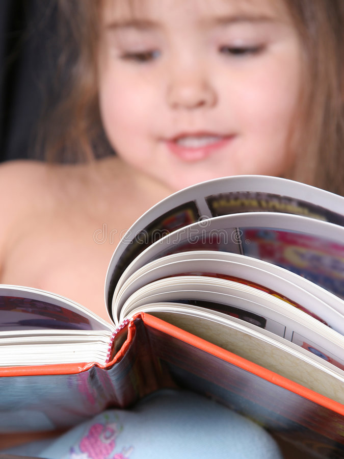 μικρό παιδί ανάγνωσης 2 βιβλίων στοκ εικόνες