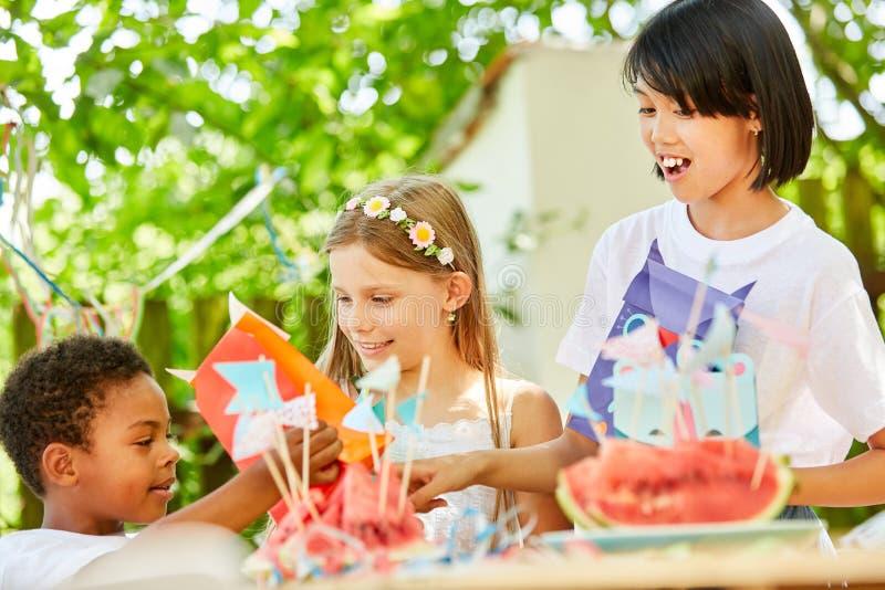 Μικρό παιδί και κορίτσι στα γενέθλια παιδιών στοκ εικόνες με δικαίωμα ελεύθερης χρήσης