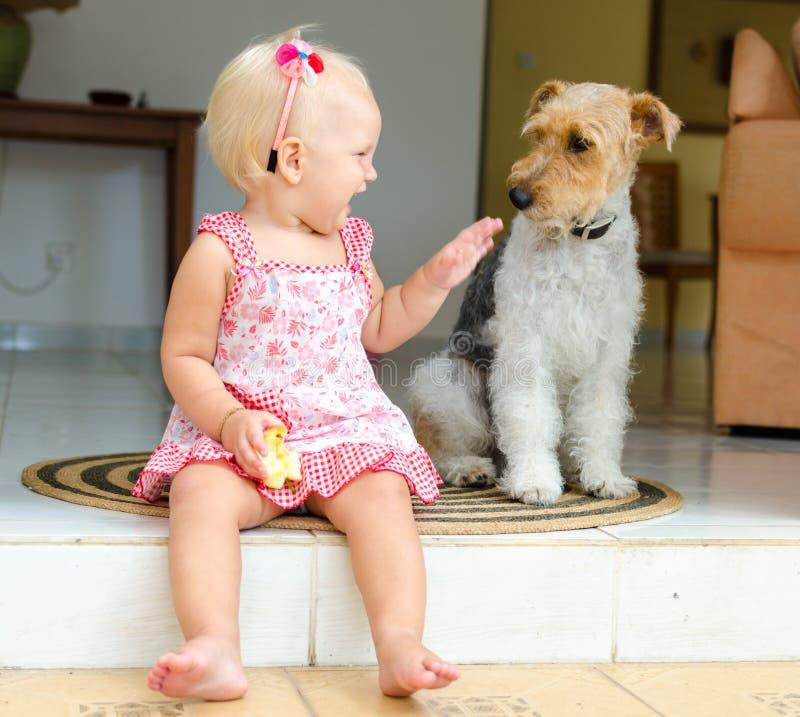 Μικρό παιδί και σκυλί Το μικρό κορίτσι και το κατοικίδιο ζώο της στοκ φωτογραφία με δικαίωμα ελεύθερης χρήσης