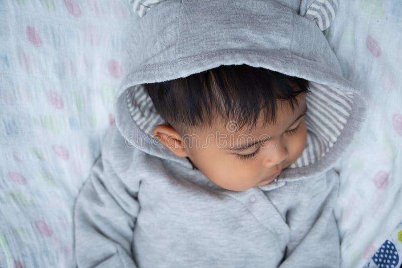 μικρό παιδί με άσσο που κοιμάται στοκ εικόνα με δικαίωμα ελεύθερης χρήσης