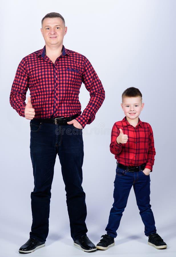 Μικρό παιδί με το άτομο μπαμπάδων επιτυχία αντίχειρας επάνω στη χειρονομία r o _ r πατέρας και γιος μέσα στοκ εικόνες