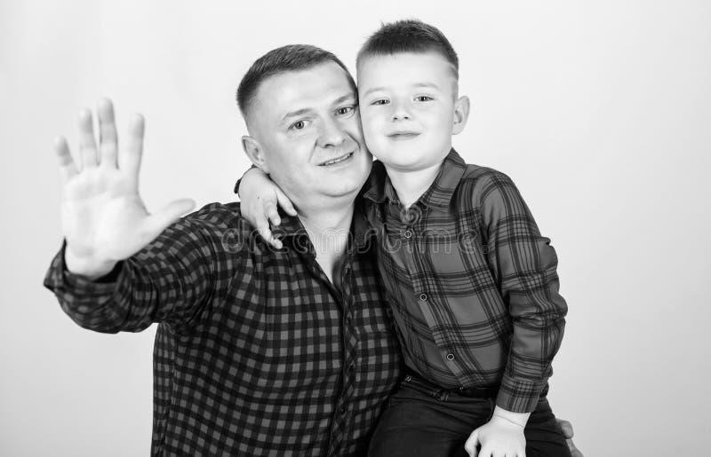 Μικρό παιδί με το άτομο μπαμπάδων πατέρας και γιος στο κόκκινο ελεγμένο πουκάμισο r r o _ Χαμόγελο στοκ εικόνες