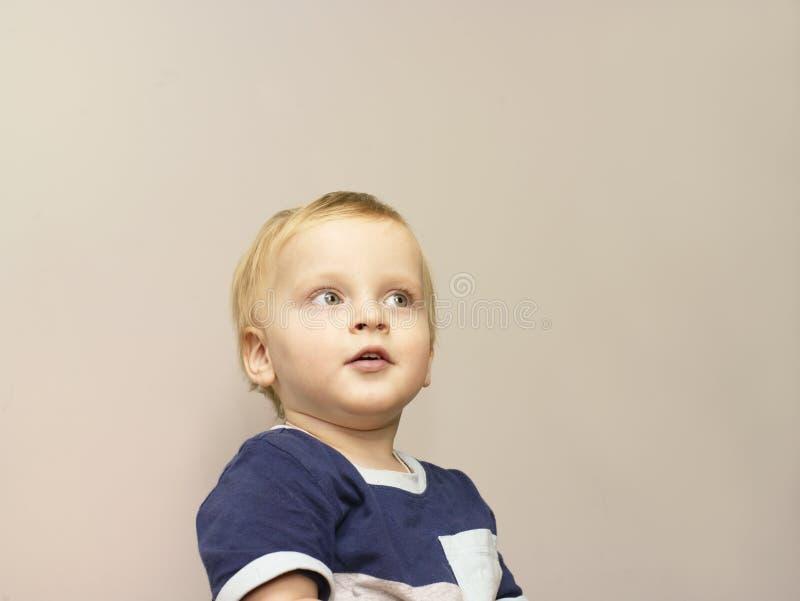 Μικρό παιδί με το αδιάκριτο βλέμμα στοκ φωτογραφία με δικαίωμα ελεύθερης χρήσης