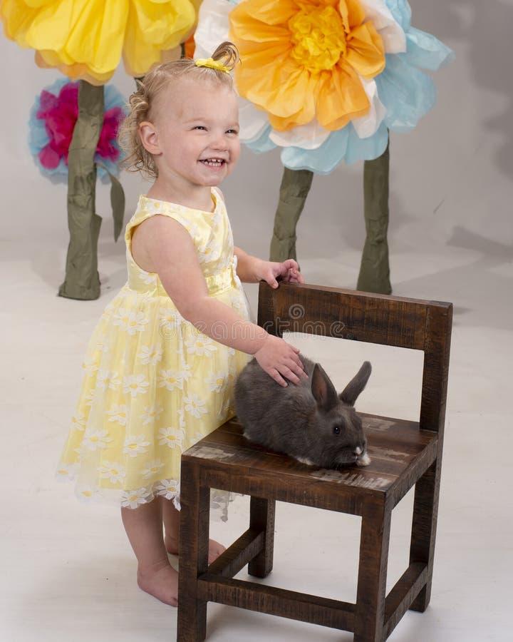 Μικρό παιδί που ένα λαγουδάκι στοκ φωτογραφία με δικαίωμα ελεύθερης χρήσης