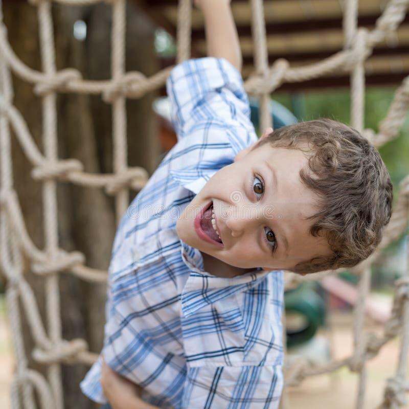 Μικρό παιδί που αναρριχείται σε έναν τοίχο βράχου υπαίθριο στοκ εικόνα με δικαίωμα ελεύθερης χρήσης