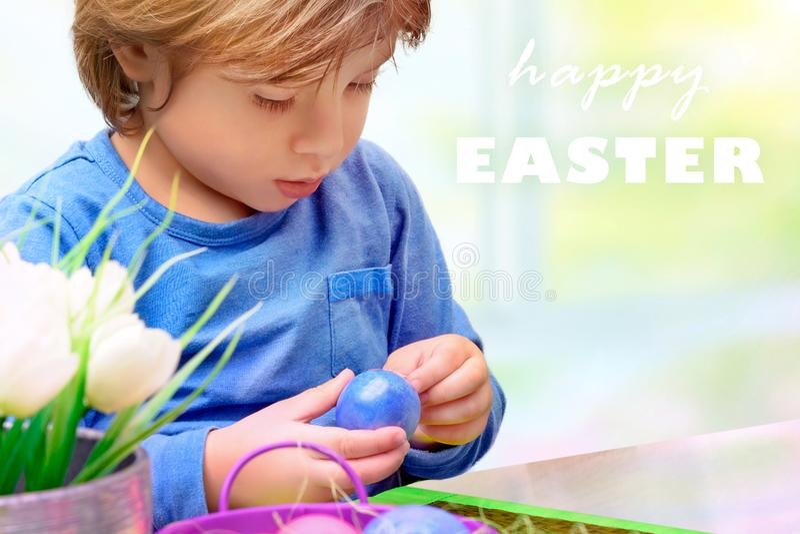 Μικρό παιδί που διακοσμεί τα αυγά Πάσχας στοκ εικόνα με δικαίωμα ελεύθερης χρήσης