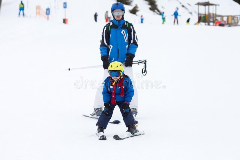 Μικρό παιδί, που κάνει σκι στην κλίση χιονιού στο χιονοδρομικό κέντρο στην Αυστρία στοκ φωτογραφίες με δικαίωμα ελεύθερης χρήσης