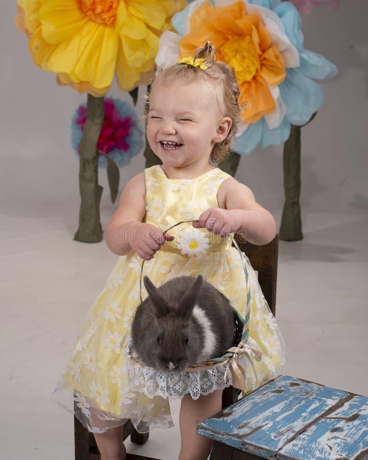 Μικρό παιδί που κρατά ένα λαγουδάκι στοκ εικόνες με δικαίωμα ελεύθερης χρήσης