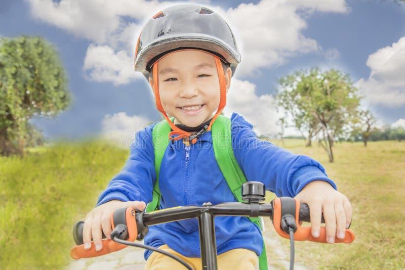 Μικρό παιδί που οδηγά ένα ποδήλατο στοκ εικόνες με δικαίωμα ελεύθερης χρήσης