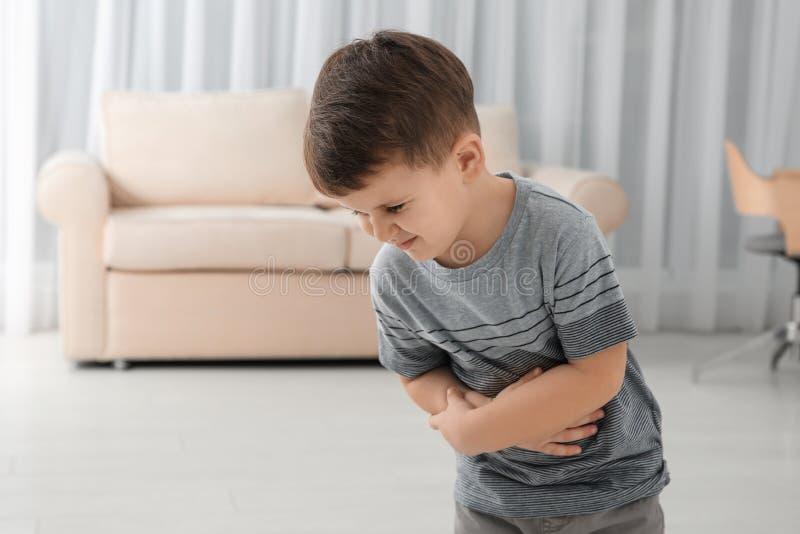 Μικρό παιδί που πάσχει από τη ναυτία στο δωμάτιο στοκ εικόνες με δικαίωμα ελεύθερης χρήσης