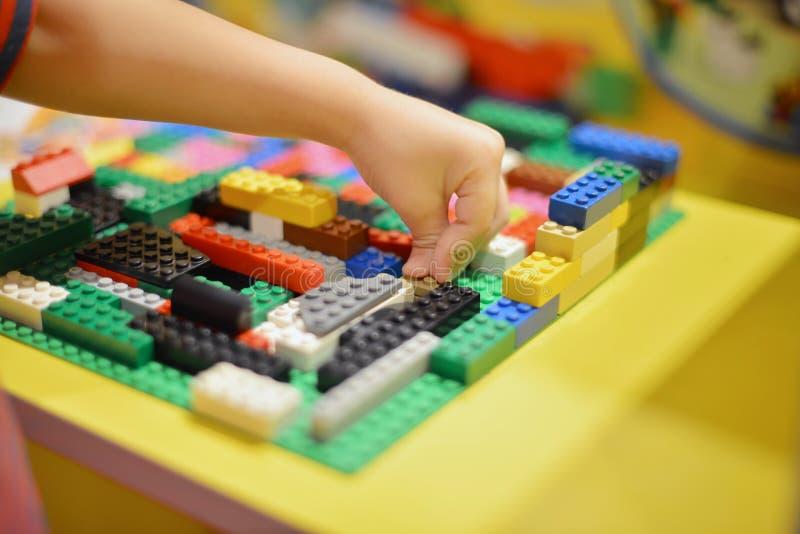 Μικρό παιδί που παίζει την πλαστική κατασκευή φραγμών εσωτερική στοκ φωτογραφία με δικαίωμα ελεύθερης χρήσης
