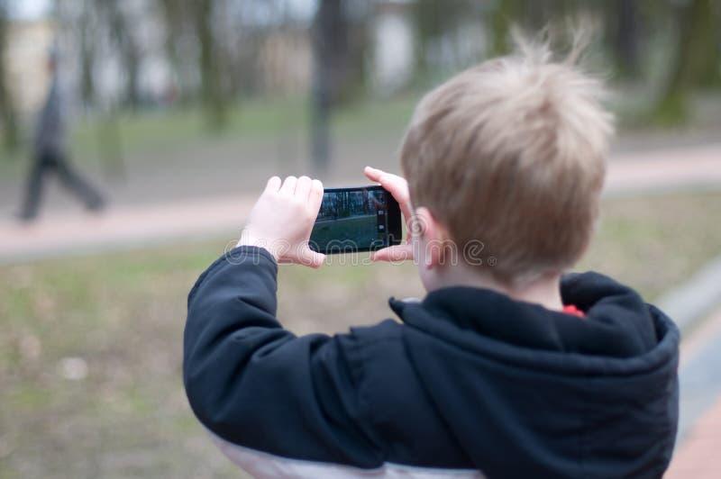 Μικρό παιδί που παίρνει τις φωτογραφίες στοκ εικόνες