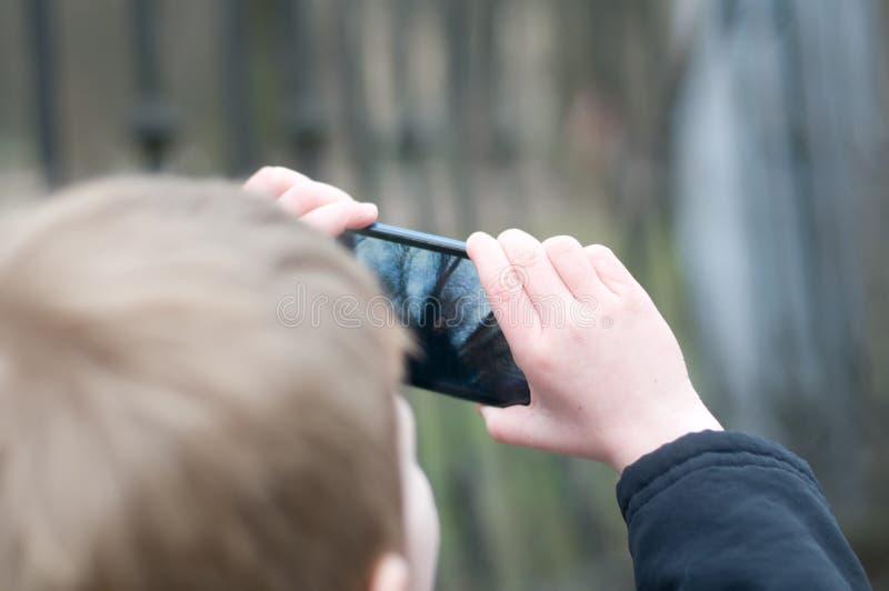 Μικρό παιδί που παίρνει τις φωτογραφίες στοκ εικόνα με δικαίωμα ελεύθερης χρήσης