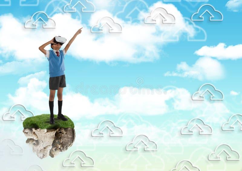 Μικρό παιδί που φορά την κάσκα εικονικής πραγματικότητας στην επιπλέουσα πλατφόρμα βράχου στον ουρανό με τη γραφική παράσταση σύν ελεύθερη απεικόνιση δικαιώματος