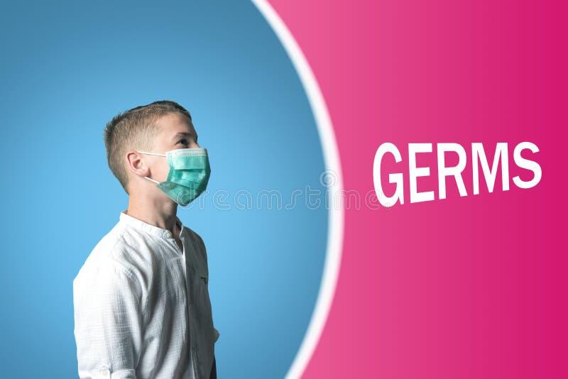 Μικρό παιδί σε μια ιατρική μάσκα σε ένα φωτεινό υπόβαθρο με τα ΜΙΚΡΟΒΙΑ επιγραφής στοκ εικόνες