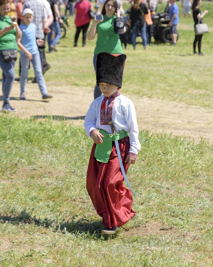 Μικρό παιδί στα εθνικά ουκρανικά ενδύματα του κόκκινου παντελονιού και ενός κεντημένου πουκάμισου στοκ φωτογραφία με δικαίωμα ελεύθερης χρήσης