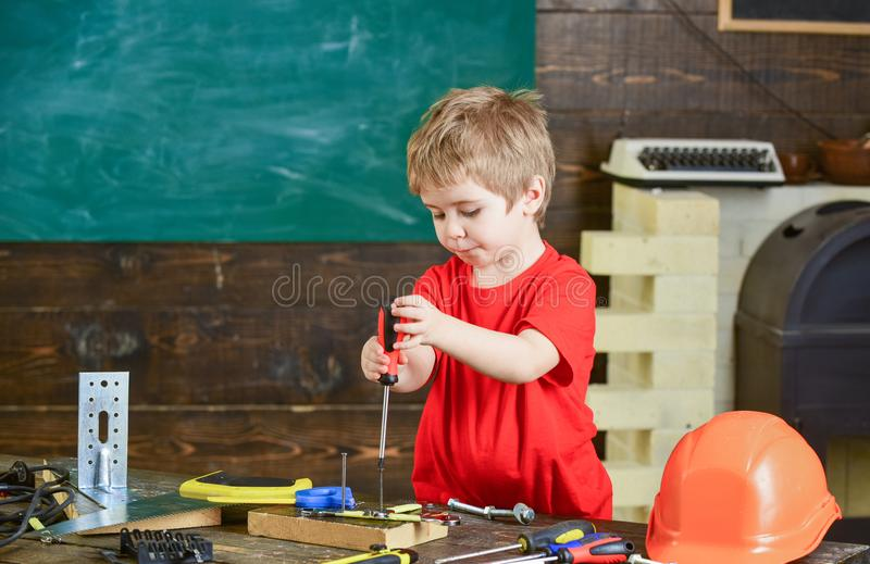 Μικρό παιδί στα πολυάσχολα παιχνίδια προσώπου με το εργαλείο κατσαβιδιών στο σπίτι στο εργαστήριο Παιχνίδι αγοριών παιδιών όπως h στοκ φωτογραφία με δικαίωμα ελεύθερης χρήσης