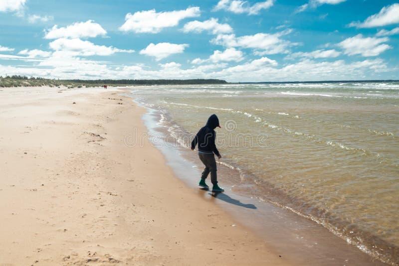 Μικρό παιδί στην όμορφη αμμώδη παραλία Yyteri στο καλοκαίρι, σε Pori, Φινλανδία στοκ φωτογραφίες