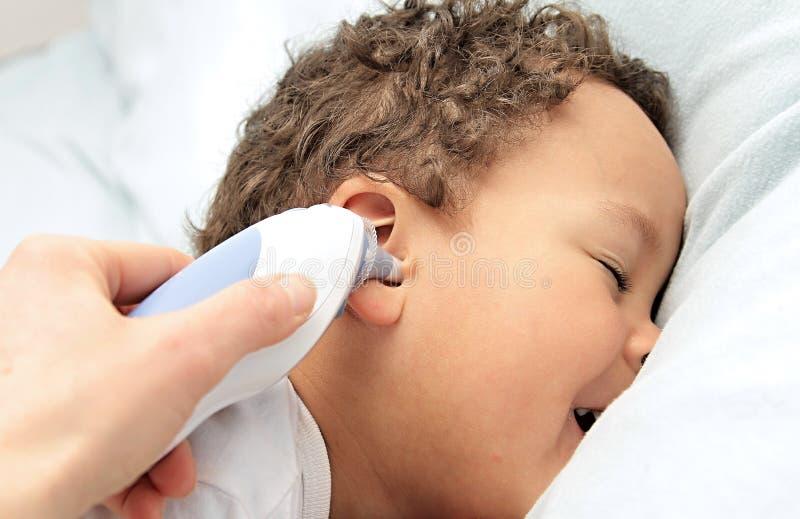 Μικρό παιδί στο κρεβάτι με τη γρίπη στοκ εικόνα με δικαίωμα ελεύθερης χρήσης