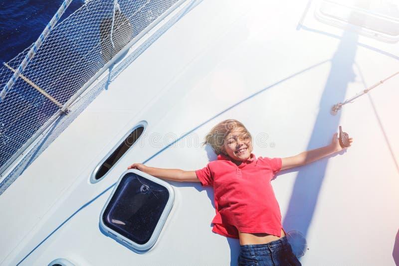 Μικρό παιδί στο πλέοντας γιοτ στη θερινή κρουαζιέρα Περιπέτεια ταξιδιού, ιστιοπλοϊκή με το παιδί στις οικογενειακές διακοπές στοκ εικόνες με δικαίωμα ελεύθερης χρήσης