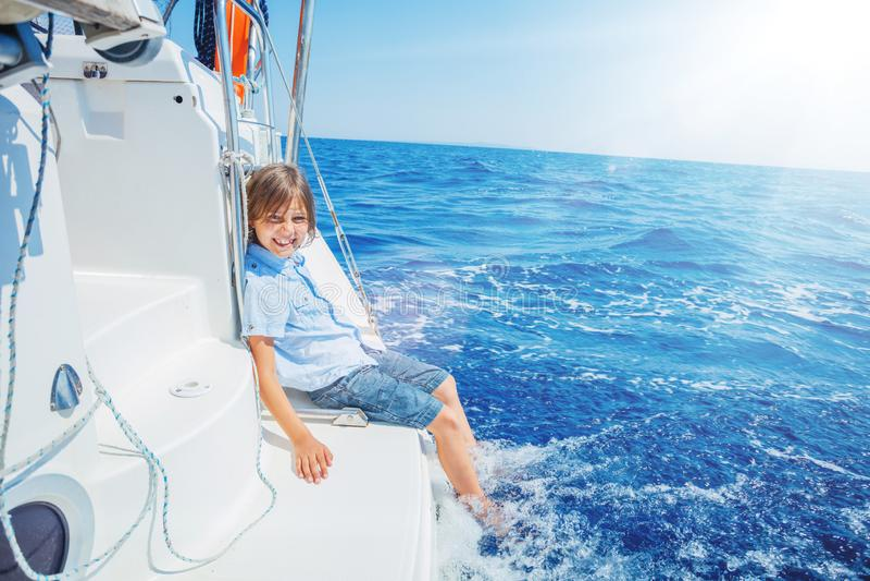 Μικρό παιδί στο πλέοντας γιοτ στη θερινή κρουαζιέρα Περιπέτεια ταξιδιού, ιστιοπλοϊκή με το παιδί στις οικογενειακές διακοπές στοκ φωτογραφίες με δικαίωμα ελεύθερης χρήσης
