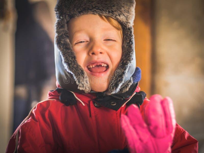Μικρό παιδί στο snowsuit που κάνει τις αστείες εκφράσεις στοκ εικόνα με δικαίωμα ελεύθερης χρήσης
