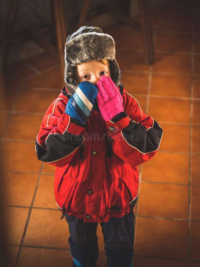 Μικρό παιδί στο snowsuit που κάνει τις αστείες εκφράσεις στοκ εικόνες με δικαίωμα ελεύθερης χρήσης